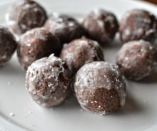 Love the idea of cake pops, but don't want the hassle of making them? Try fake cakes, made from Tim Horton's Timbits. Beignets, Tim Hortons, Real Food Recipes, Baking Recipes, Yummy Food, Cat Recipes, Yummy Recipes, Cookie Recipes, Timbits Recipe