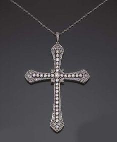 PENDENTIF BELLE EPOQUE PERLES ET DIAMANTS En forme de croix ajourée sertie de diamants taillés en roses et diamants demi-taille, soulignée de perles fines (non testées), monture et chaîne en platine, vers 1910, dans son écrin