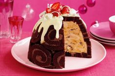 This Chocolate Honeycomb Ice Cream Pudding will look sensational on your Christmas table! You'll also love the Rocky Road Ice Cream Pudding Cake. Xmas Food, Christmas Cooking, Christmas Desserts, Christmas Lunch, Christmas Recipes, Christmas Cakes, Christmas Ideas, Christmas Ice Cream Cake, Aussie Christmas