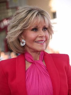 Jane Fonda Photos - Jane Fonda is seen outside 'Book Club' Premiere at Regency Village Theatre in Los Angeles, California. - Jane Fonda Outside 'Book Club' Premiere Layered Bob Hairstyles, Hairstyles Over 50, Short Hairstyles For Women, Hairstyles Haircuts, Pixie Haircuts, Trendy Hairstyles, Short Hair With Layers, Layered Hair, Short Hair Cuts