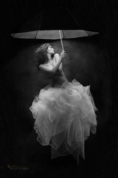 La pluie version N/B by Alain Photos on 500px -- Portrait - Umbrella - Fashion - Editorial - Black and White - Photography