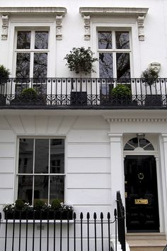 Bond James Bond 30 Wellington Square London- The purported home address of the literary James Bond was the first floor 30 Wellington Square Chelsea. London Townhouse, London Apartment, London House, White Apartment, Exterior Design, Interior And Exterior, Modern Interior, Classic House, House Goals