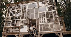 La casa nel bosco fatta con le finestre riciclate