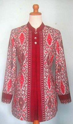 Model baju kerja batik kombinasi Batik Kebaya, Batik Dress, Batik Fashion, Fashion Sewing, African Wear, African Fashion, Blouse Batik Modern, Dress Batik Kombinasi, Batik Blazer