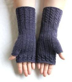 Chic in Strick: Fetching - Stulpen - Knitting Ideas Fingerless Gloves Knitted, Knit Mittens, Free Knitting, Knitting Patterns, Crochet Patterns, Crochet Ideas, Wrist Warmers, Hand Warmers, Love Crochet