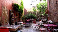 A Salon de Provence, derrière ce grand portail, se cache un restaurant - salon de thé que vous ne pourrez pas oublier. Au restaurant En Aparthé(s), les banquettes, coussins et tables en bois brut créent une ambiance cosy et chaleureuse pour vous faire sentir comme dans un cocon. Si vous préférez boire votre thé au soleil, dan la cour du restaurant, se trouve une terrasse très bucolique et reposante http://www.restovisio.com/restaurant/en-aparthes-3433.htm#presentation