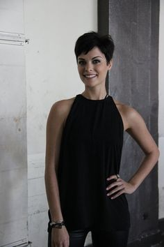 Jaimie Alexander's Not-So-Conventional Day Jaimie Alexander gives us a behind-the-scenes look at her experience at the Los Angeles Comic Book and Science Fiction Convention. Jaimie Alexander, Pixie Hairstyles, Trendy Hairstyles, Hairstyles 2018, Pixie Haircuts, Hair Dos, My Hair, Great Hair, Short Hair Cuts