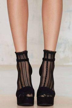 21 Reglas de estilo tan absurdas que ya deberías mandar al diablo Fishnet Outfit, Fashion Models, Fashion Shoes, Fashion Tights, Fashion Rings, Talons Sexy, Mode Shoes, Socks And Sandals, Heels With Socks