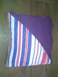 Kussensloop gemaakt van oude shirts, zelfs de knoopjes gebruikt van de shirts om dus de slopen eraf te kunnen halen en wassen ;)