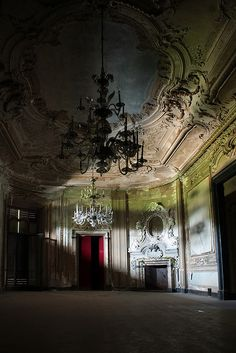 Abandoned home in Italy.. hard to imagine anyone leaving this lovely place..