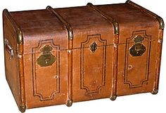 As described by Navona Antiques  Vintage English canvas trunk with its original brass hardware.