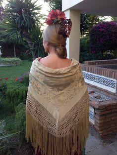 #Flamenca con antiguo mantón beige