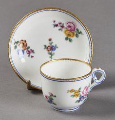 Lot : SEVRES  - Tasse à toilette et sa soucoupe en porcelaine tendre à décor polychrome[...]   Dans la vente Porcelaines et Faïences du XVIe au XIXe Siècles à Pescheteau-Badin