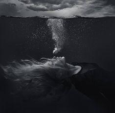 Underwater Photography Black And White Art Photography - Trix Aufderheide Dark Photography, People Photography, Portrait Photography, Black White Photography, Photography Blogs, Photography Backgrounds, Digital Photography, Animal Photography, Street Photography
