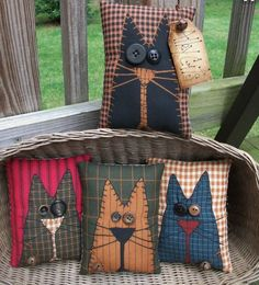 Note the red background fabric FOLK Art PrimiTive Fall ALLEY CAT Pillow Bowl Basket Fillers Buttons DecoraTion in Antiques, Primitives Primitive Fall, Primitive Folk Art, Primitive Crafts, Country Primitive, Fabric Crafts, Sewing Crafts, Sewing Projects, Sewing Pillows Decorative, Button Decorations