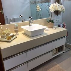 Banheiro piso cinza Double Vanity, Bathroom, Beige Bathroom, Bathroom Small, Grey Flooring, Bathroom Pictures, Toilet Ideas, Travertine, Color Combinations