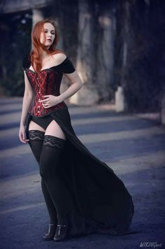Top Gothic Fashion Tips To Keep You In Style. As trends change, and you age, be willing to alter your style so that you can always look your best. Consistently using good gothic fashion sense can help Goth Beauty, Dark Beauty, Dark Fashion, Gothic Fashion, Style Fashion, Goth Women, Sexy Women, Mode Sombre, Hot Goth Girls