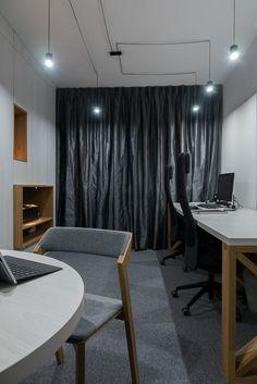 BIURO ARCHITEKTA biurko | tryc.pl #desk #office #interiors #interiorsdesign #furniture #architecture #pracowania #biuro Desk Office, Office Interiors, Curtains, Architecture, Furniture, Home Decor, Office Stool, Arquitetura, Blinds