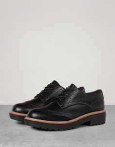 Zapato Vestir Picados. Descubre ésta y muchas otras prendas en Bershka con nuevos productos cada semana