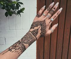 50 Most beautiful Rome Mehndi Design (Rome Henna Design) that you can apply on your Beautiful Hands and Body in daily life. Cool Henna Tattoos, Henna Inspired Tattoos, Henna Tattoo Designs Simple, Henna Tattoo Hand, Henna On Hand, Pretty Hand Tattoos, Mandala Tattoo, Paisley Tattoos, Simple Hand Henna
