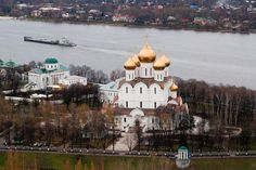 """Yaroslavl - the oldest existing cities on the Volga. Prince Yaroslav the Wise laid it in the period of the reign of Rostov (988 - 1010 years) in the wrong place at the confluence of the Volga and Kotorosli, where the settlement was located pagan Briar Patch. The first mention of Yaroslavl - caused by hunger, """"the revolt of the Magi"""" in Rostov land - is dated 1071."""