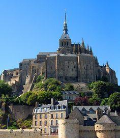 замок... забыла название горы. в Нормандии. фото - Леви Прицкер