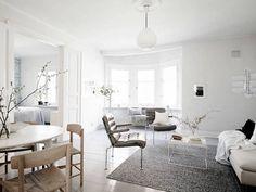 Tässä Göteborgissa sijaitsevassa 104 neliön huoneistossa on ihanan raikas tunnelma, joka korostuu valoisten ja avarien tilojen myötä. Sisustuksen kepeys ja yleinen tunnelmaa hehkuu miellyttävän kodikasta tunnelmaa. Vaaleat pinnat ovat löytäneet rinnalle kivaa kontrastia ja mielenkiintoa herättäviä yksityiskohtia. Kohde löytyy myynnistä Stadshemistä. Olohuoneen herkkupala on kaarimainen erkkeri, jokasuurine ikkunoineen tuo tilaan mukavaa avaruutta. Olohuoneen toisesta kulmauksesta löytyy…