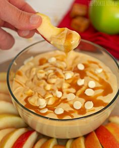 Skinny Caramel Apple Dip is the perfect snack for kids or adults! YUM! - The Cookie Rookie