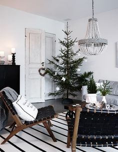 Fabulous Winter Decor Ideas For Your Living Room - Presented here are some tips that you can use at those times when you feel the need to modify the interior design of your living room. This guide prov. Minimal Christmas, Nordic Christmas, Noel Christmas, Simple Christmas, White Christmas, Christmas Countdown, Xmas, Christmas Interiors, Christmas Living Rooms