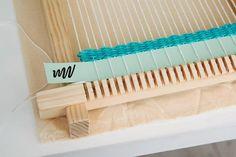 PEQUEÑOS TAPICES PARA DECORAR LAS PAREDES   TUTORIALES   Decorar tu casa es facilisimo.com Clothes Hanger, Weaving, Workshop, Stitch, Wall, Diy, Crafts, Macrame, Geometric Drawing