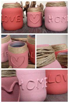 Glazen potjes over? Maak met een lijmpistool een leuke tekst. Laat goed drogen en spuit/verf de pot vervolgens in een gezellige kleur. Dan om de rand nog wat touw binden. Ook leuk met lintjes of raffia!