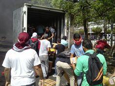 Reporta #Maracaibo Estudiantes sacan las medicinas del camion quemado y las entregan en el Ipasme 10:30am
