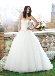 Sincerity brautkleid style 3765 The sweetheart neckline and basque waistline are adorned by beaded trim  over a lace bodice that sits on a full gathered tulle skirt. The gown  ends with a chapel length train and tulle buttons that cover the back  zipper.