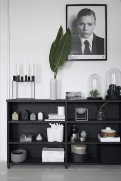 (no title) Black shelves in the living room of a charming Norwegian house in green, gray and .Black shelves in the living room of a charming Norwegian house in green, gray and cognac. Decoration Inspiration, Interior Inspiration, My Living Room, Home And Living, Norwegian House, Black Shelves, Black And White Interior, Black White, Ideas Hogar