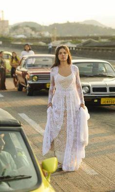 """O vestido de noiva usado por Isis no início da novela foi feito na costureira e é caprichado na renda e crochê. """"Tinha pensado nele de um jeito e não gostei do resultado final. Um dia antes da prova de roupa na Isis, comprei tecido e fiz outro"""" TV Globo/Renato Rocha Miranda"""