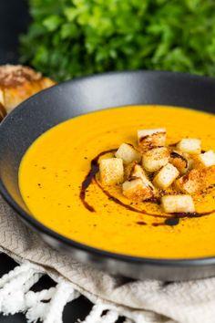 Möhren Kokos Ingwer Suppe | Rezept für ein geschmeidiges feines Süppchen, perfekt für Herbst & Winter | Delicious Carrot Coconut Ginger Soup | Rezept auf carointhekitchen.com | #recipe #vegetarisch #vegetarian #möhre #ingwer #kokos #kokosnussmilch #suppe #karotte
