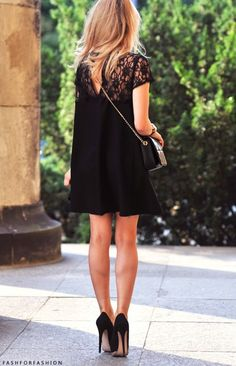 little black dress, high black heels, and cute cross-body purse // so fashionable! so cute!