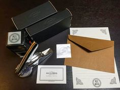 ご購入いただいたスタンプとエンボッサー♪ 便せんがとってもかわいい!左上のMILLS PRESSロゴをサイドにあしらったブラックの箱にて納品されます。リボンをつければプレゼントに♥︎