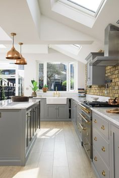 Modern Kitchen Interior This wonderful kitchen extension in South London was filled with sunshine and style; grey cupboards with brass details and Carrara marble worktops - Living Room Kitchen, Home Decor Kitchen, Kitchen Interior, New Kitchen, Modern Shaker Kitchen, Grey Shaker Kitchen, Open Plan Kitchen Dining Living, Copper Kitchen Decor, Family Kitchen