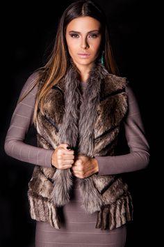 Vestido Bandagem e Colete Pele.  #lançamentogaia #gaia #linhafesta #inverno15 #bandagem #vestidobandagem #dresstoimpress #fashion #ootn #modamineira #lavibh