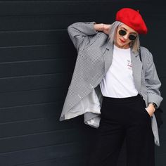 The Truly Charming Parisian Urban Style with Red Color Berets Red And White Outfits, Outfits With Hats, Winter Outfits Women, Fall Outfits, Fashion Outfits, Barett Outfit, Beret Rouge, Red Berets, Winter Stil