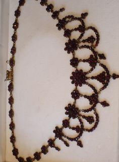 Nádherný náhrdelník zhotovený z pravých českých granátů krvavě rudé barvy