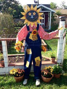 What a cute garden scarecrow! Via: https://s-media-cache-ak0.pinimg.com/originals/4c/3e/ff/4c3efff13b577ce0b1cc96ad414898f8.jpg / #scarecrow #Fall #diy