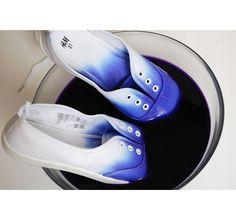 DIY mode : les chaussures tie & die Mélangez dans un grand récipient quatre cuillères à café de teinture ainsi qu'une cuillère à café de gros sel.  Enlevez les lacets de vos chaussures et tartinez généreusement la semelle de vaseline.  Laissez tremper 5 minutes et faites ensuite sécher vos chaussures à l'air libre !
