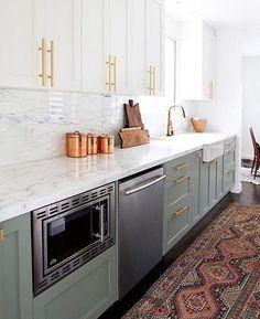 Kitchen goals by @sarahshermansamuel #interior #interiordesign #home #house #homedecor #kitchen #bright #modern #moderndecor #modernkitchen #paintedcabinets #rug #vintage #brass #contrast #marble #quartz #notjustahouse