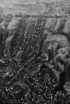 """A mina de ouro Serra Pelada, no Pará,  década de 1980 """"...uma corrida do ouro moderna, tendo sido o local do maior garimpo a céu aberto do mundo, de onde foram extraídas, oficialmente, 30 toneladas de ouro."""" - http://pt.wikipedia.org/wiki/Serra_Pelada"""