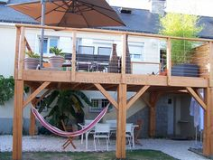 29 The Most Picture Rooftop Deck Railing Ideas to View from The Top Flat roofing system with railings and also an evaluated in patio. Would certainly be good for zombie break out! Wooden Terrace, Wooden Decks, Diy Deck, Diy Pergola, Pergola Kits, Pergola Designs, Patio Design, Balkon Design, Farmhouse Landscaping