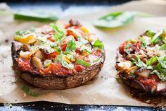 Ekspresowa, prosta, bezglutenowa izdrowa mini pizza? Tylkozpieczarek portobello, zapiekanych razem zwarzywami, podana zbazylią iwegańskim parmezanem. Otak! Pieczarki portobello toprawdziwe mamuty, które osiągają wielkość całej Twojejdłoni. Genialne jako wsad doburgera pomiędzy dwie buły, alerównież takjak wtym… Read More Mad Cook, Mushroom Pizza, Portobello, Salmon Burgers, Baked Potato, Vegan Recipes, Stuffed Mushrooms, Potatoes, Snacks
