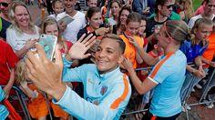 Shanice van de Sanden en Mandy van den Berg delen handtekeningen en selfies uit. (Foto: Soccrates Images)