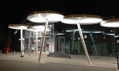 Eclairage, illumination sublime notre dernière réalisation : 13 corolles suspendues en toile P602 (Serge FERRARI).   Un système de toiles enchevêtrées permettant de créer une allée couverte en architecture textile.